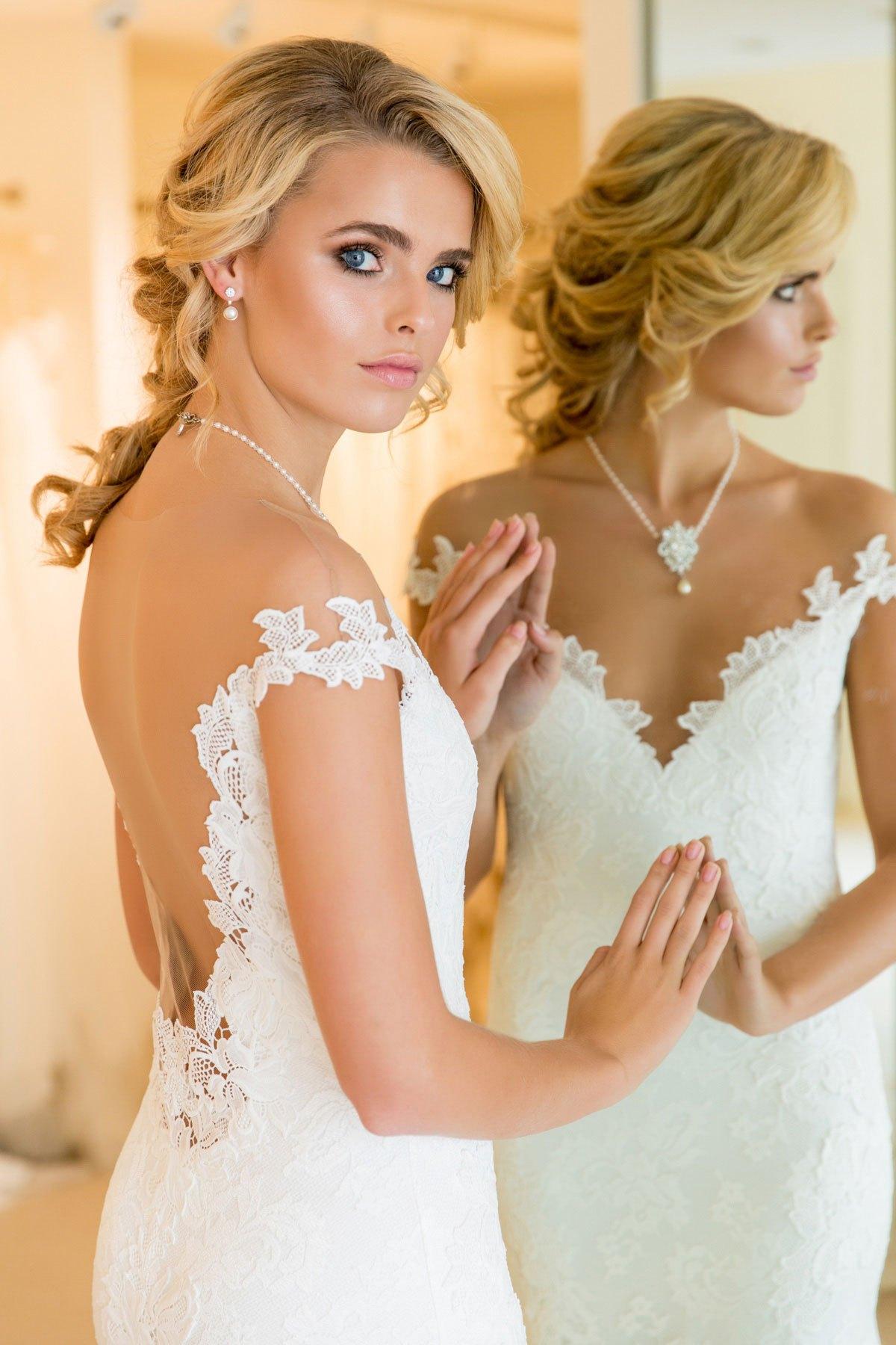 Evie Stretch Lace Wedding Dress